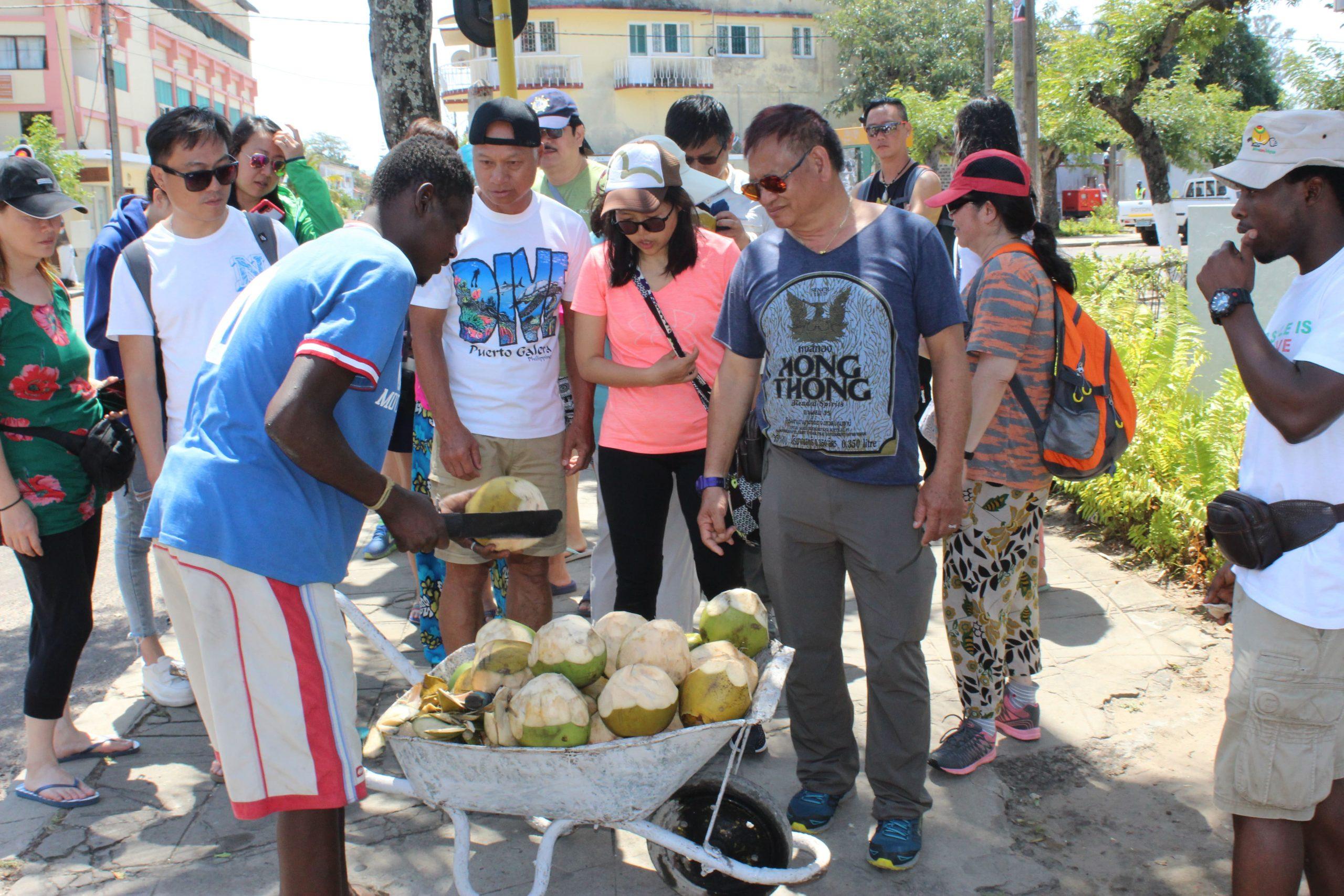 turistas a comprar agua de coco