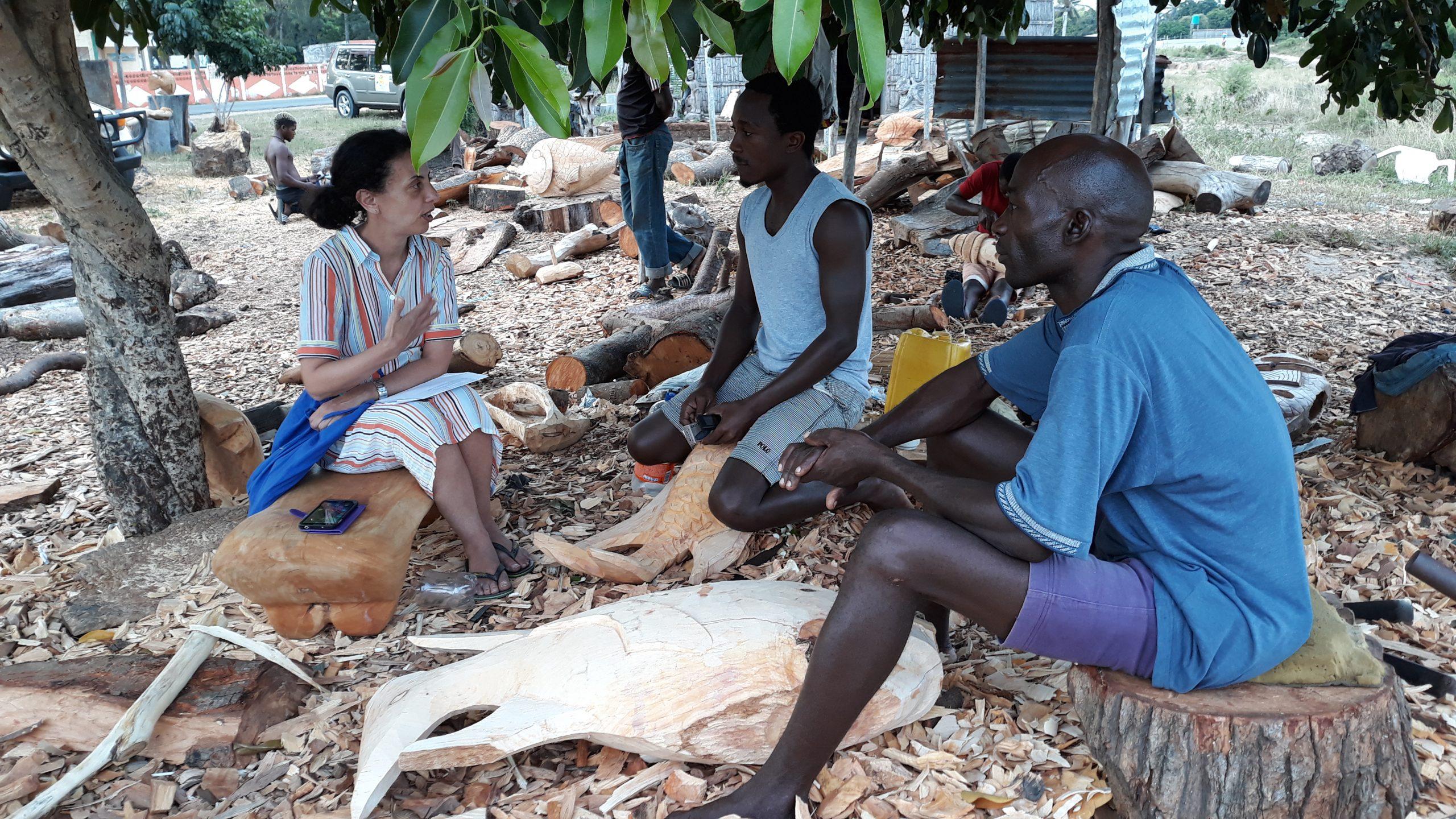 mulher a falar com pessoas da comunidade em moçambique