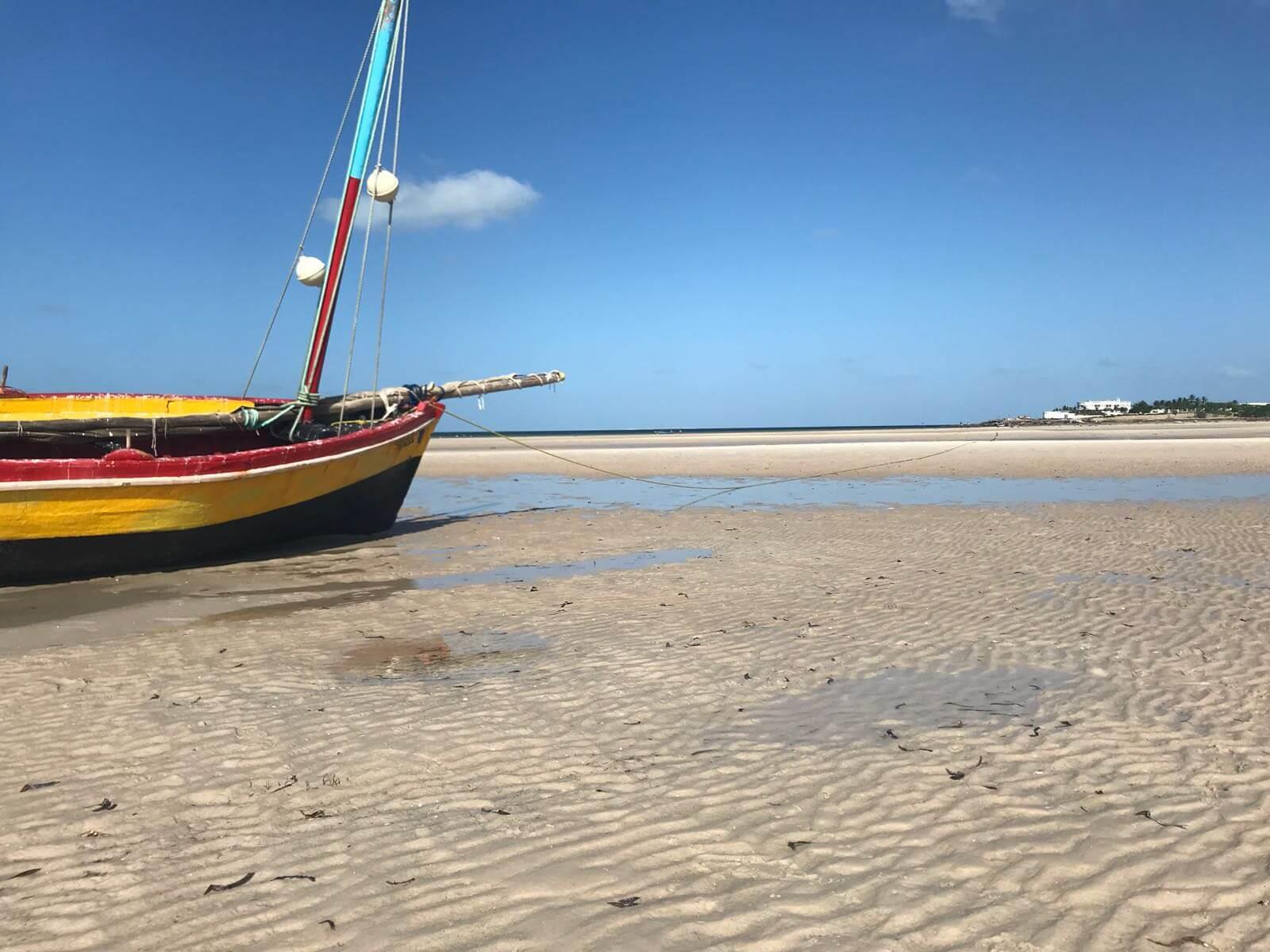 barco em praia de moçambique