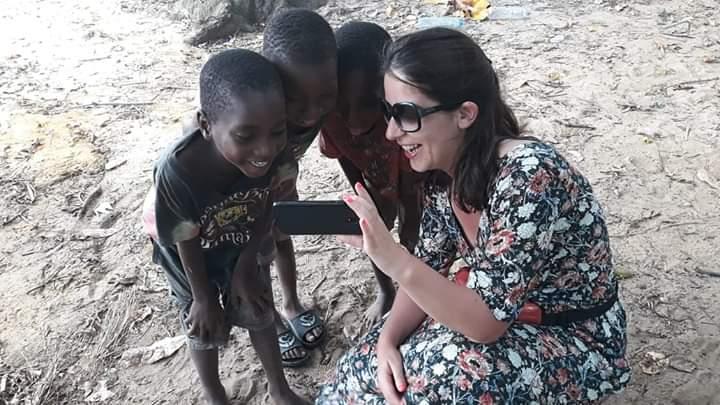 grupo de crianças em moçambique a olharem para telemovel