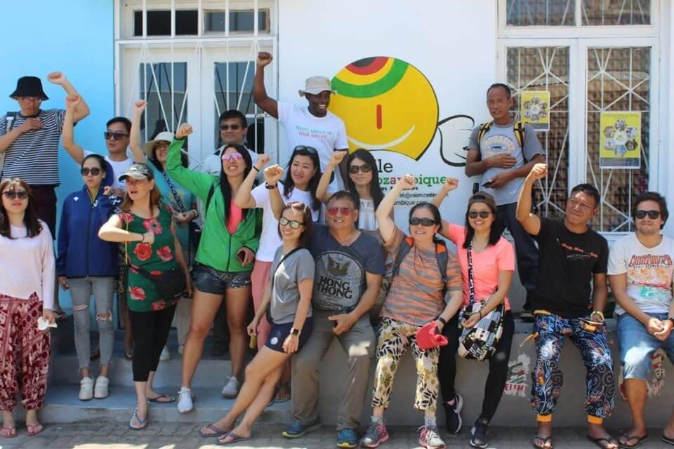 grupo de turistas e voluntários
