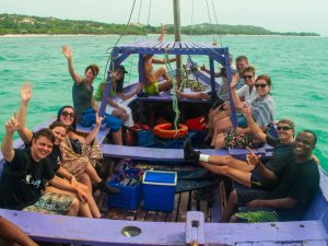 grupo de turistas no barco