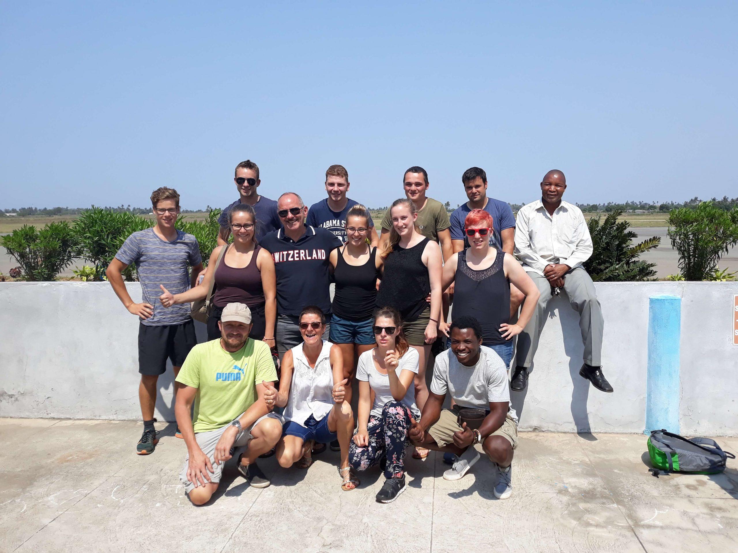 grupo de turistas a pousar para fotografia
