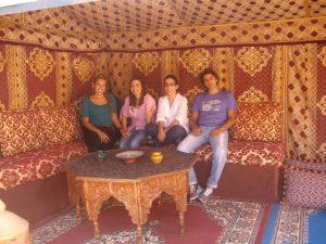 pessoas no riad dar rita em marrocos