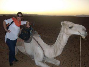 mulher com camelo no deserto do saara
