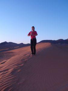 mulher no deserto do saara