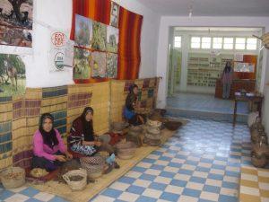 senhoras a fazerem oleo de argan em marrocos